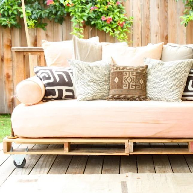 14 outdoor pallet furniture diys for spring diy pallet daybed rh pinterest co uk