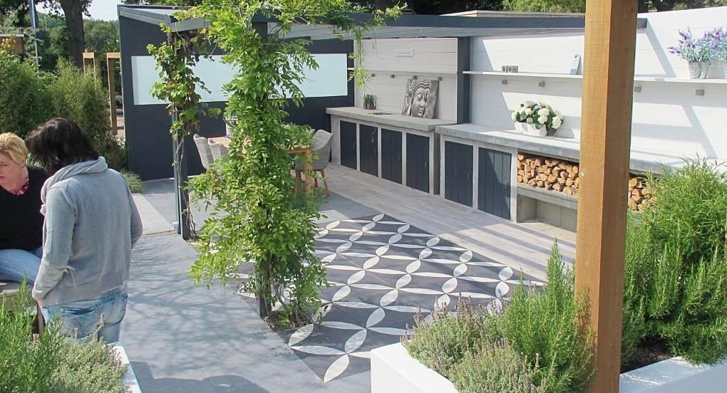 Voorbereidingen fotografie 'Binnen-Buiten-tuin' bij Buiter Beton #tegels #tuintegels  http://tegels.nl/1654/tegels/balkbrug/buiter-beton-b.v..html