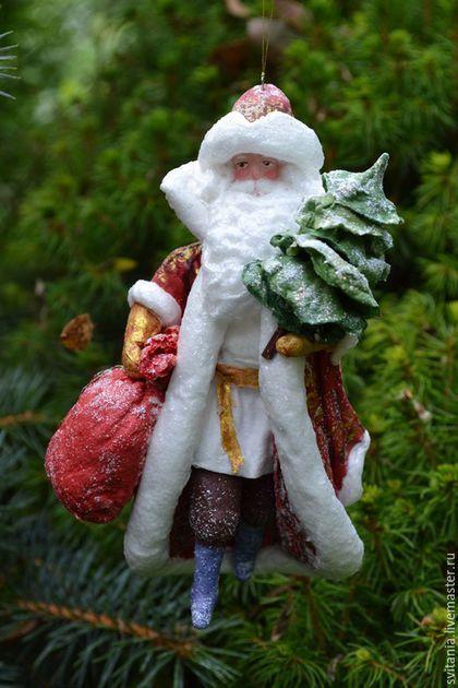 Купить или заказать Ватная елочная игрушка Дед Мороз в интернет-магазине на Ярмарке Мастеров. Дед Мороз спешит на праздник! В руках у него мешок с подарками и елочка! Ватная елочная игрушка из ваты на каркасе по старинной технологии. Елочные игрушки из ваты ручной работы !!!будут отличным подарком на Новый Год. Такие игрушки обычно хранятся годами и при бережном обращении будут радовать Вас и ваших близких не один год. Ватные елочные игрушки очень обаятельные, потому что они хранят любовь и…
