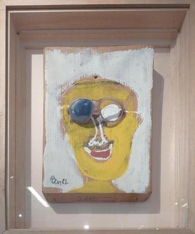 """Adjugé 8 000 euros par HDV Nice Riviera à Nice le 27 avril 2014 -  BEN (Né en 1935). """"Autoportrait aux lunettes, 1982"""". Acrylique et objet sur carton, signé et daté. 48 x 28 cm"""