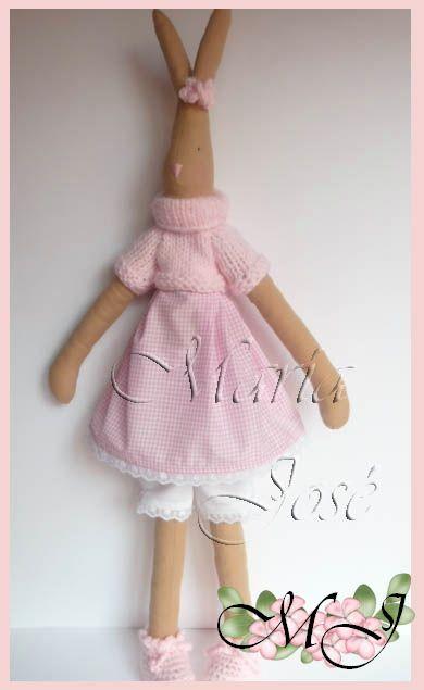 Hola amigas aquí estoy nuevamente.  Mirad este lindo conejito es una nueva aportación a mi blog.  Este muñeco es uno de mis favorito...