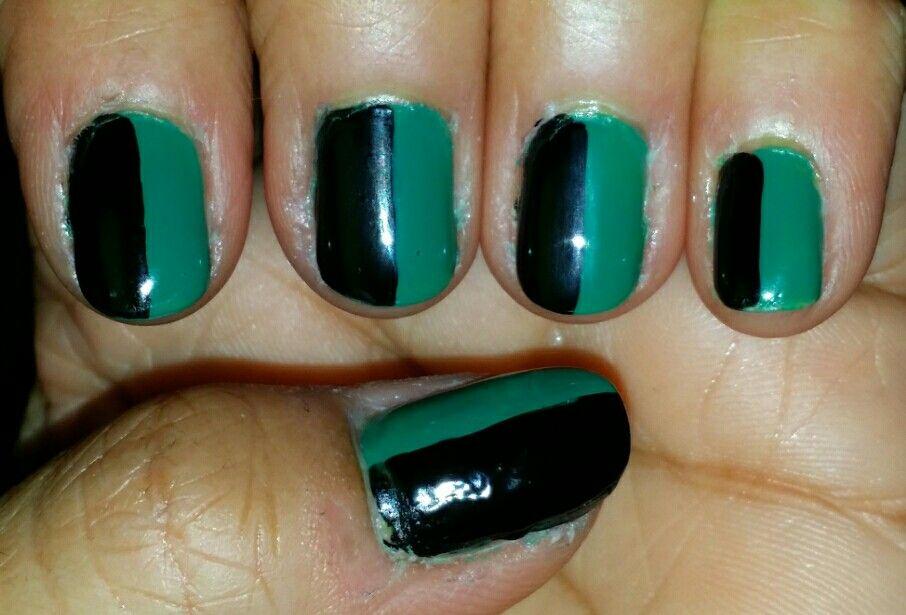 Diseño de uñas usando verde y negro