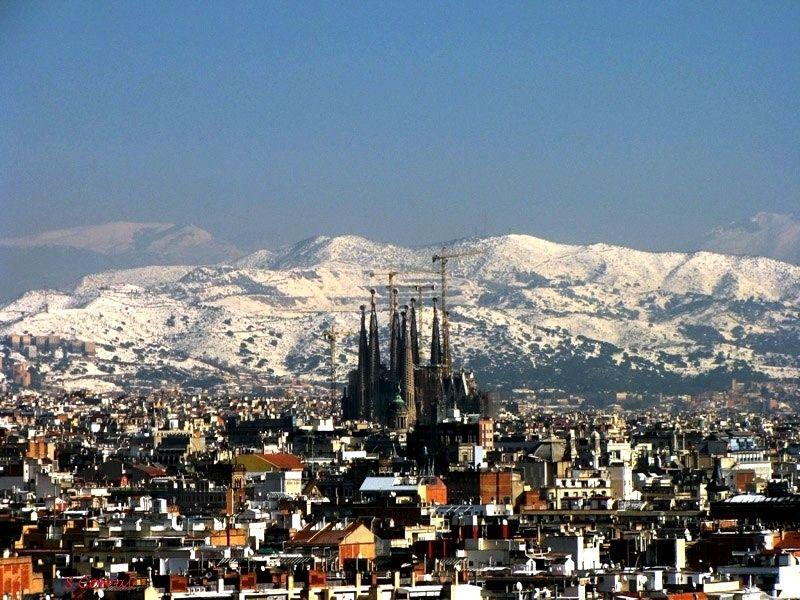 La Sagrada Familia y las montañas nevadas - Febrero de 2013