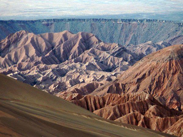 La Cordillera de Sal es algo que se debe ver. Ubicada en las cercanías de San Pedro de ATacama, en el norte del país, está formada por grandes depósitos de sal, yeso y tierra gredosa. El visitante puede observar extraordinarias formas que parecen verdaderas esculturas naturales,  grutas con estalactitas y una excelente vista hacia el salar y los volcanes.