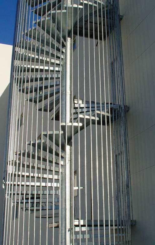 Escaleras met licas exteriores de emergencia para for Escalera metalica para exteriores