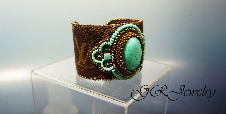 Turquoise LV lether cuff bracelet. di GuzialiaReedJewelry su Etsy