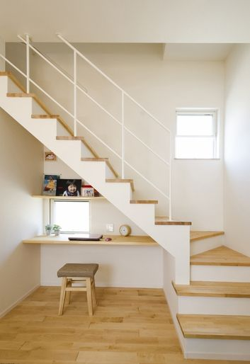 Florating Desk Under The Stairs ミニマリストハウス 自宅で リビング階段