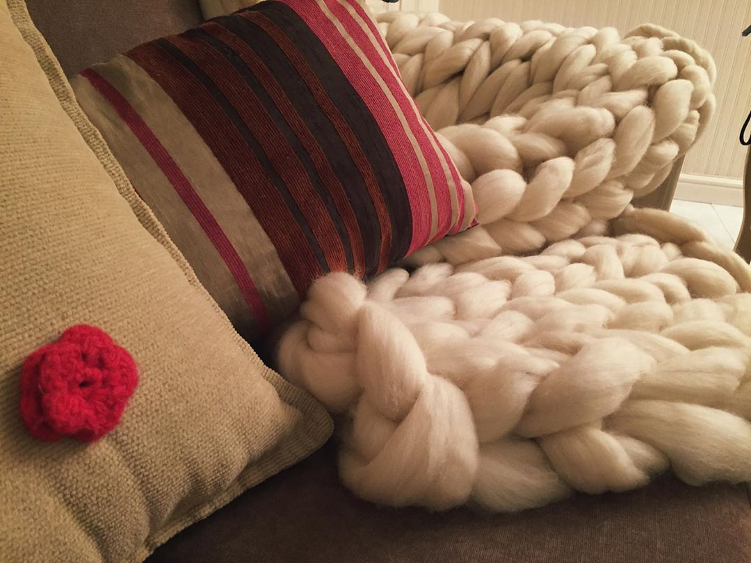 Amor por la manta XXL ❤️🧶  tejidoextremo  tejido  knit  yarn  mantaxxl  knittingaddict  knittersofinstagram  decohome  deco  decoracion  interiores