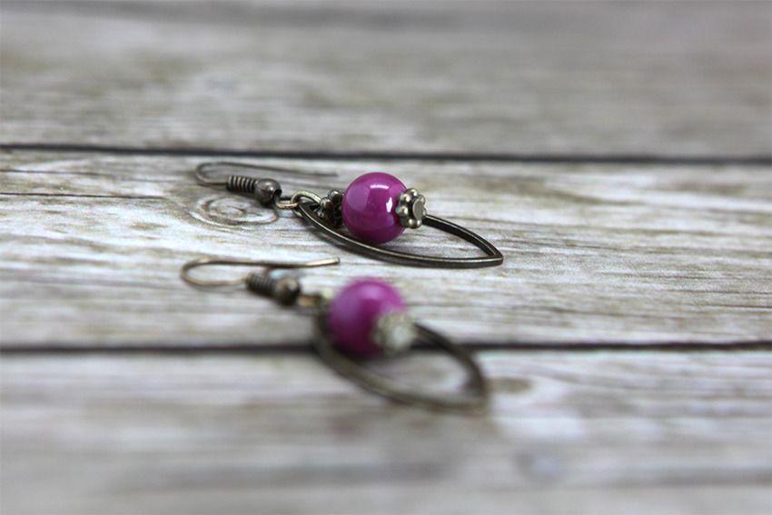 Boucle d'oreille géométrique avec perle de verre violette