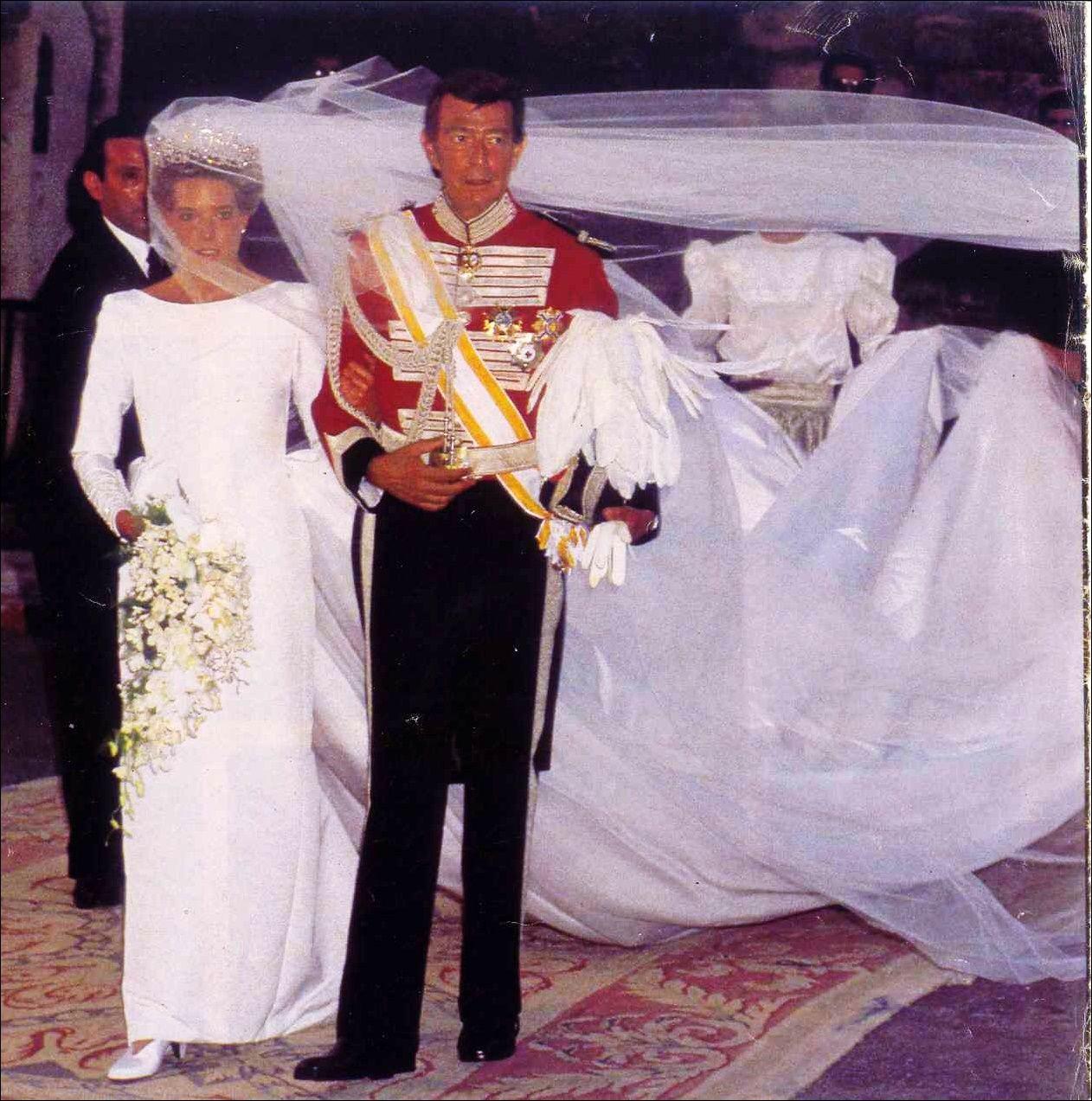 Simoneta Comez Acebo Y Borbón Y Su Padre Don Luis Gómez Acebo Y Duque De Estrada Vizconde De La Torre Royal Wedding Gowns Royal Wedding Dress Royal Wedding