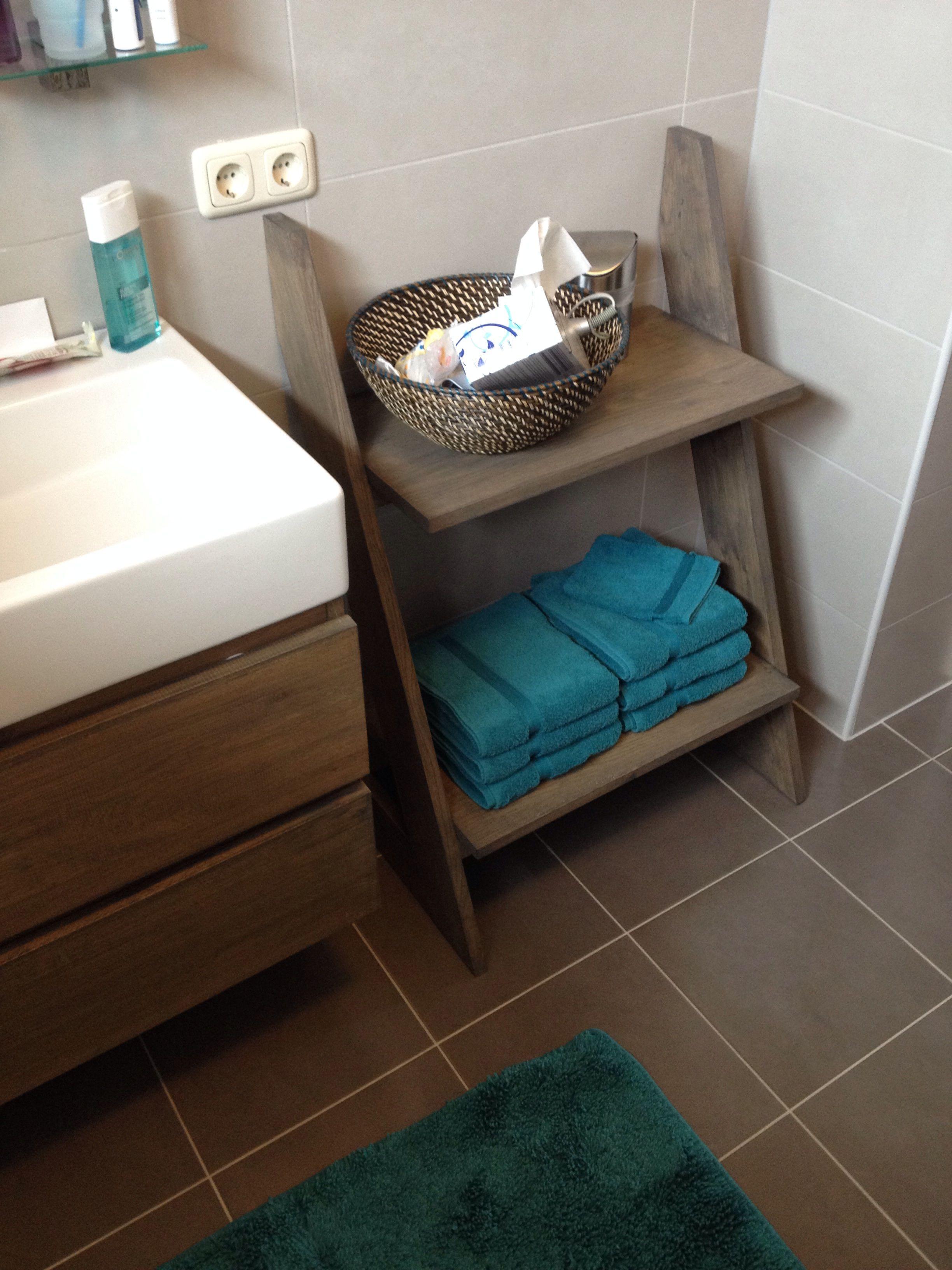 een eiken trapje voor je handdoeken en andere spulletjes fleurt