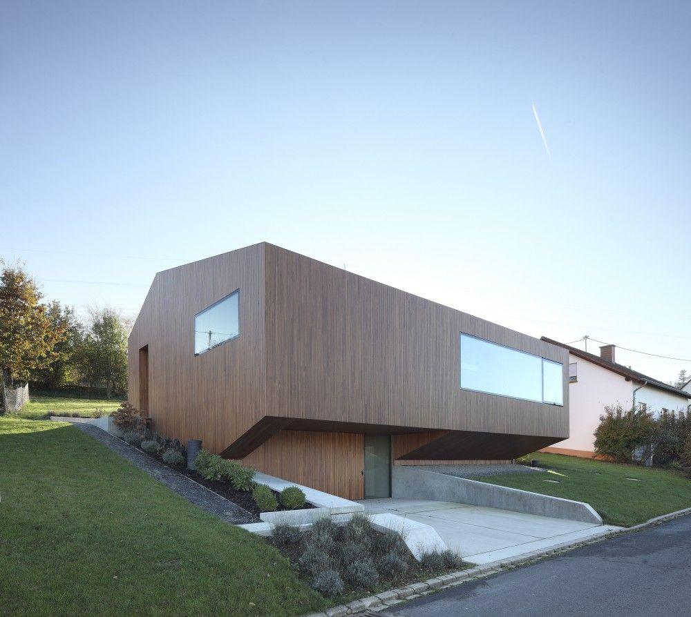 Verwenden Von Spiegeln Im Inneren Des Wohnzimmers Um Den: Contemporary Approach: Minimalistisches Haus Mit
