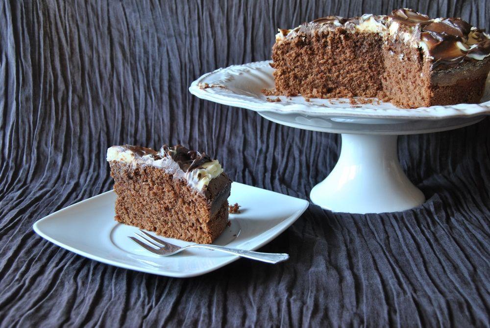 Hoje comemoro mais um aniversário, cheguei aos 44.   Dia de trabalho, só com a familia de casa, eu, marido e filha, não queria fazer bolo, ...