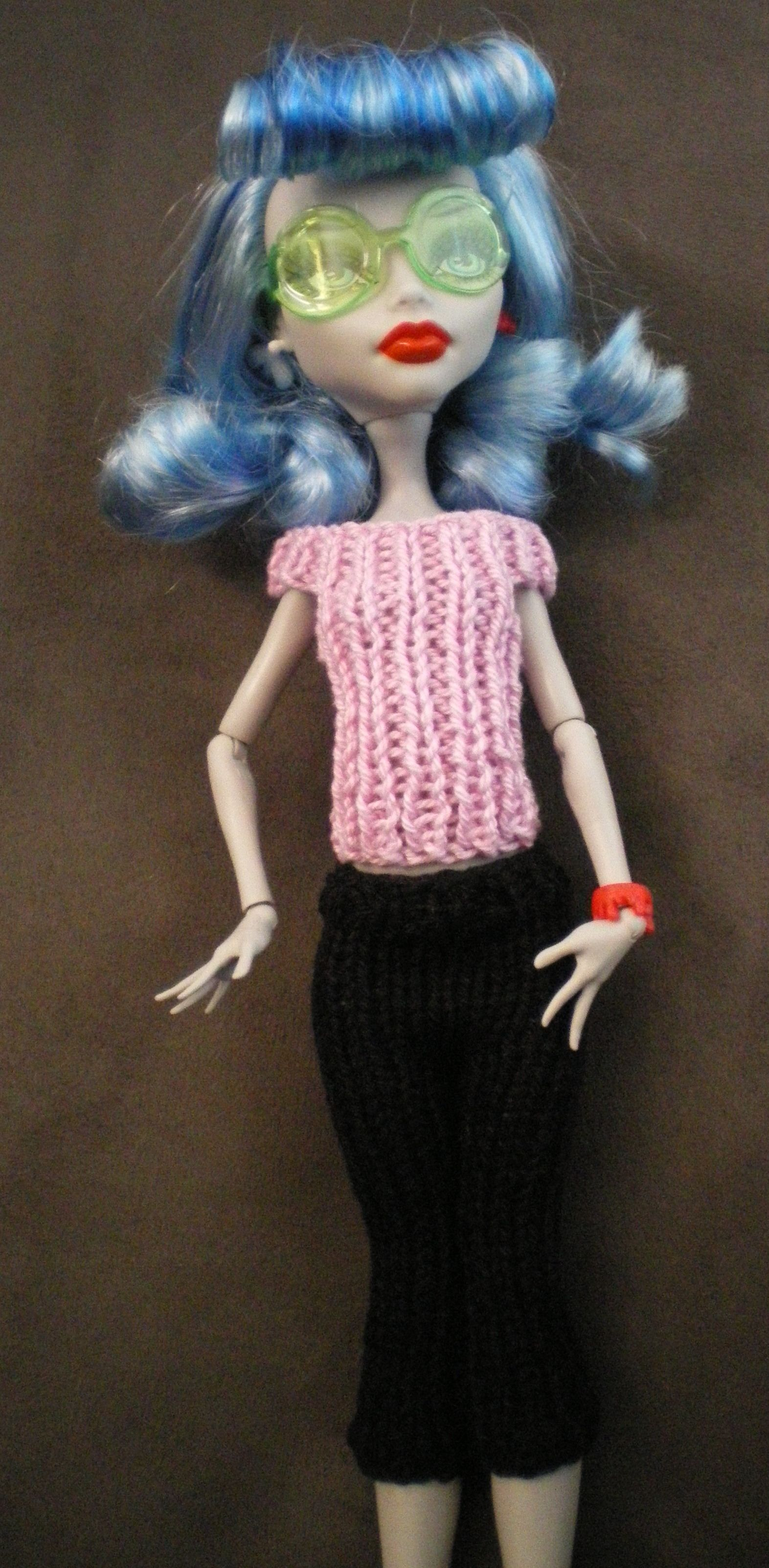 Free Monster High doll knitting pattern. I can\'t knit myself but ...