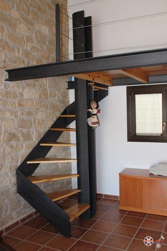 Escala de caragol amb esglaons de fusta i altell de disseny amb acer ...