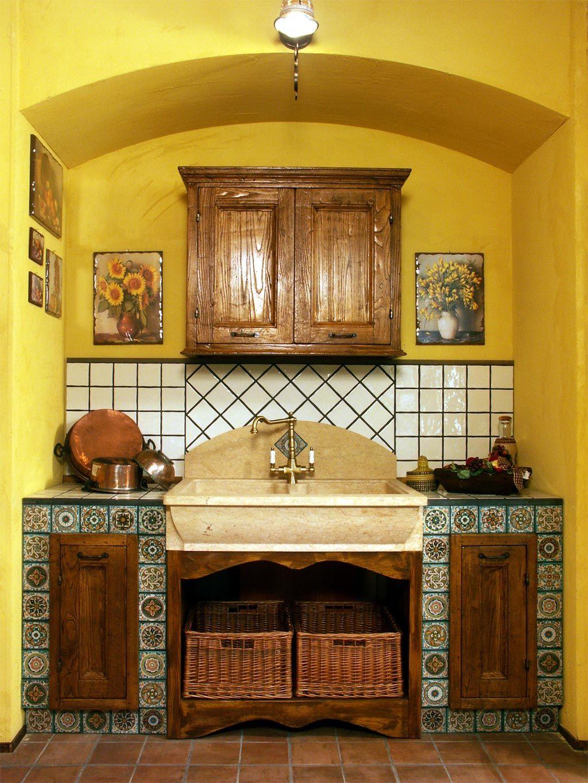 secondo il design della cucina finta muratura e porta-piatti in ...