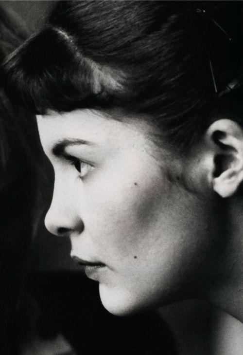 """""""Estranho o destino dessa jovem mulher, privada dela mesma, porém, tão sensível ao charme das coisas simples da vida..."""""""