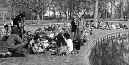 Hippies met de onvermijdelijke acoustische gitaar in het Vondelpark op een zonnige eerste paasdag, Amsterdam 21 april 1973.