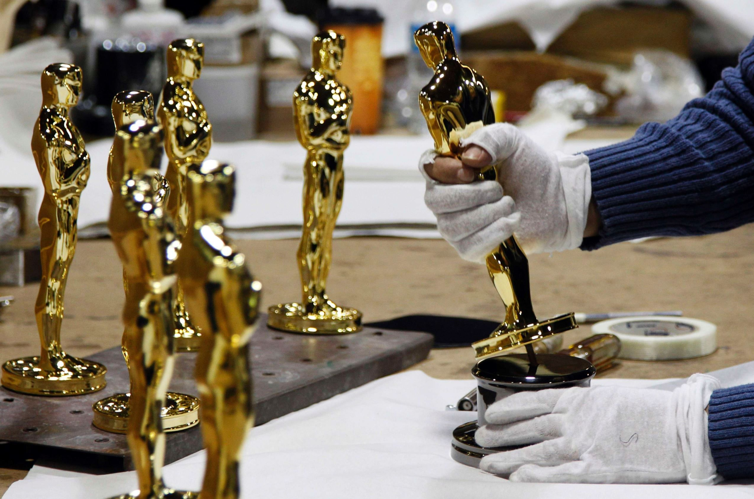 Statuette makers  The Oscar statuettes are made by RS Owens & Company, the Chicago-based awards manufacturer retained by the Academy since 1982.  50 incredible Oscar facts