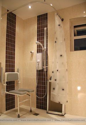 Dieses Badezimmer überzeugt durch seinen praktischen Nutzen. Selbstständigkeit und Lebensgefühl sind wichtiger als Design #disabledshower #rollinshower #accessible