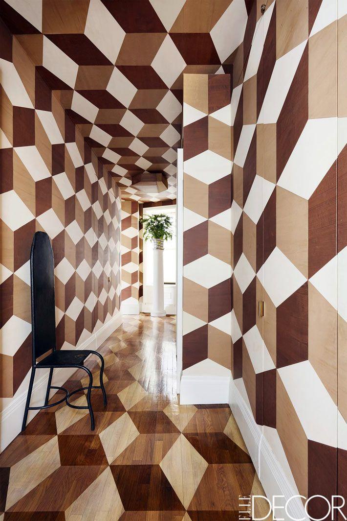 сложный геометрический рисунок на стенах и потолке комнаты ...