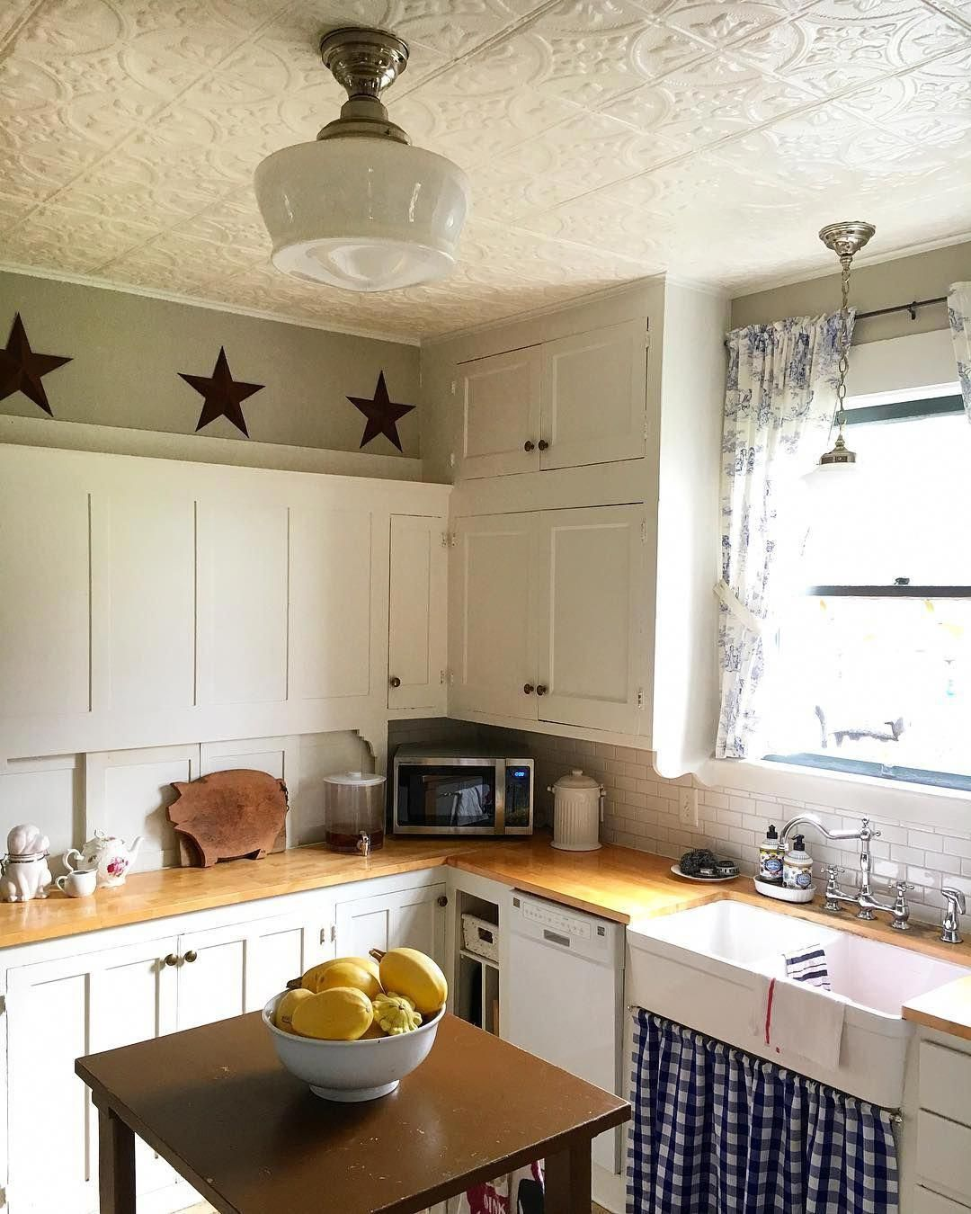 In lieu of doors, this cute farmhouse kitchen uses