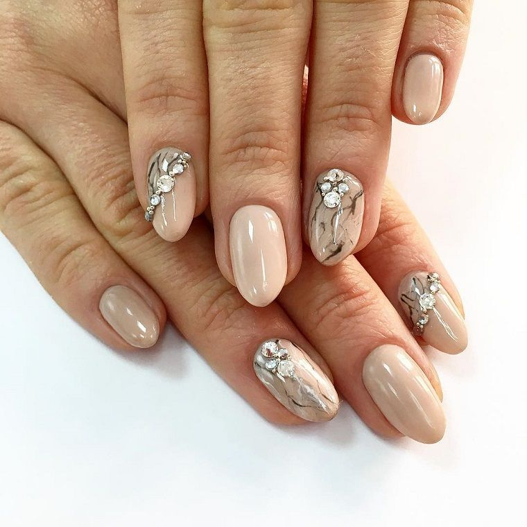 Unghie rosa cipria, manicure forma a mandorla di colore beige, accent nail  con brillanti