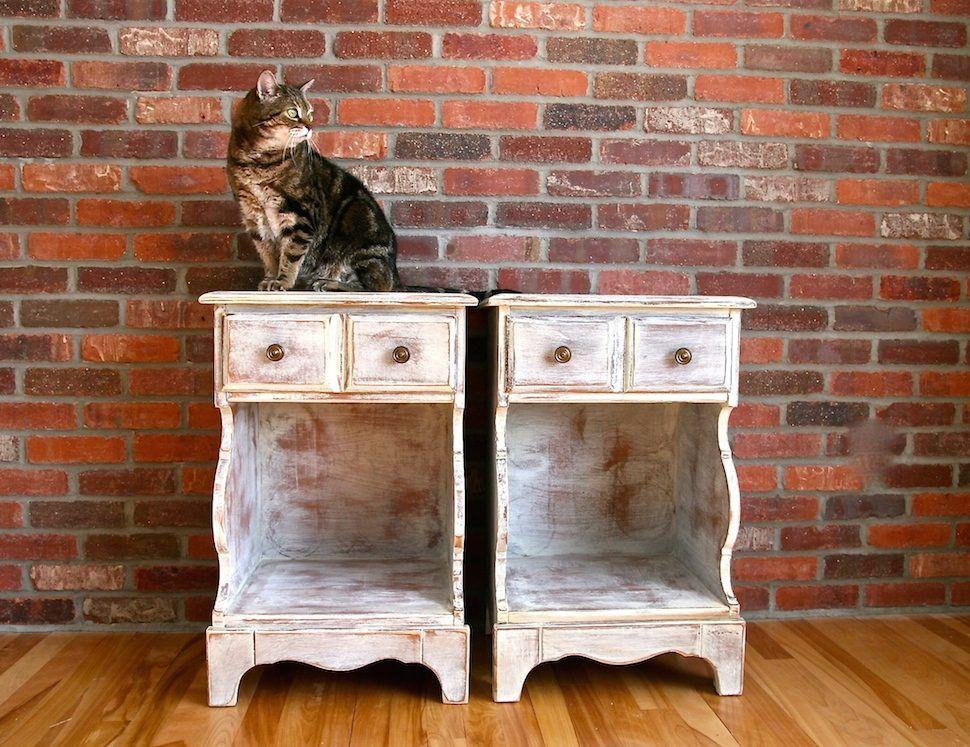 Tables De Chevet Vintage Relookées. Style Shabby Chic. Peinture À La
