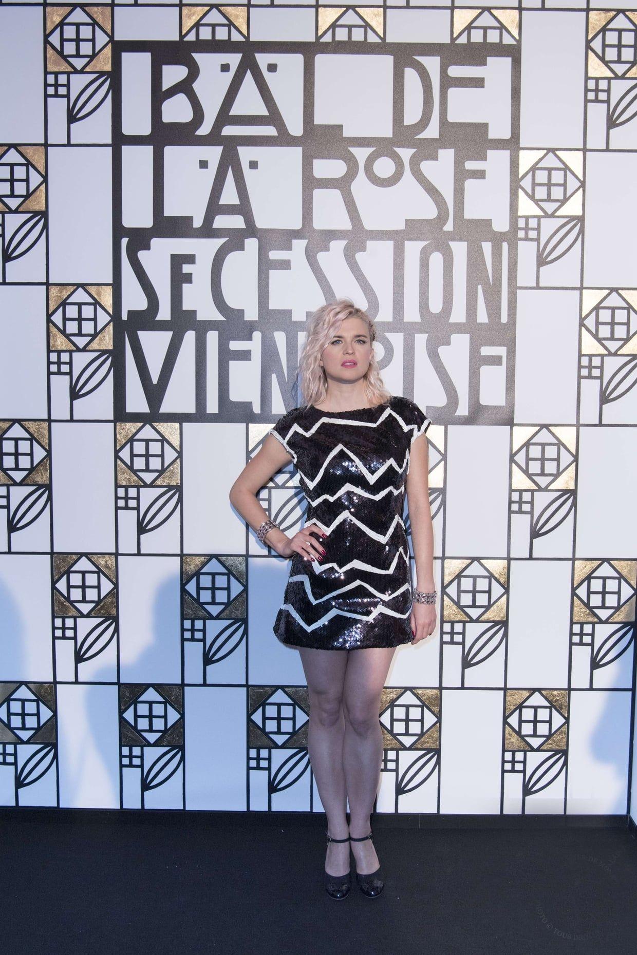 Cécile Cassel, blonde graphique
