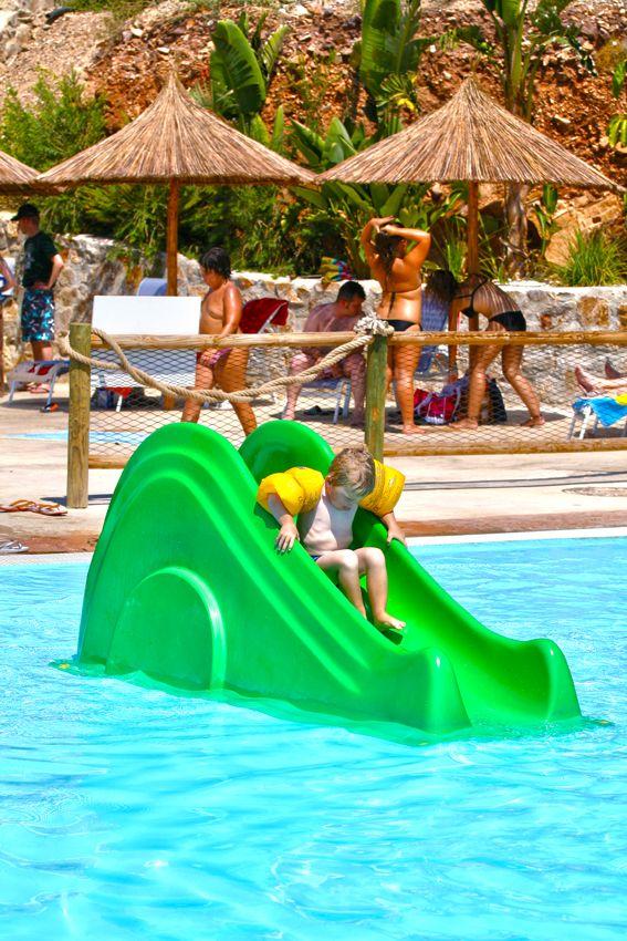 ...y para los más pequeños, mini toboganes. #piscina #toboganes