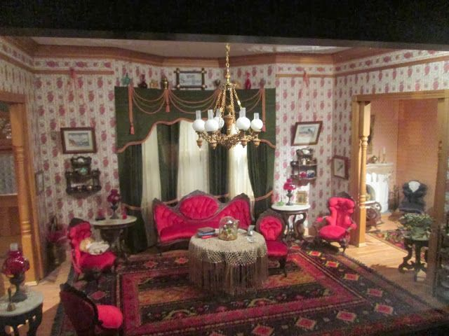 Love This Victorian Dollhouse Parlor Victorian Dollhouse Dolls House Interiors Doll House