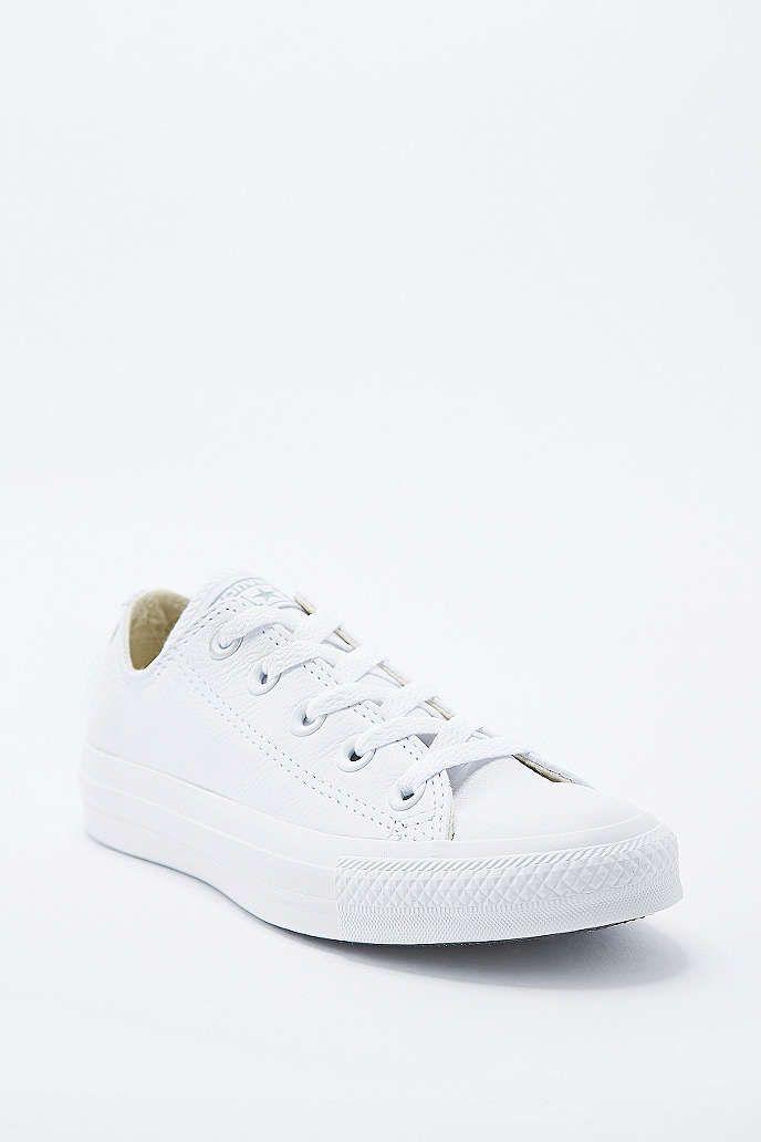 ee08f4cfbcad5 Converse - Baskets basses Chuck Taylor en cuir blanc - Urban Outfitters