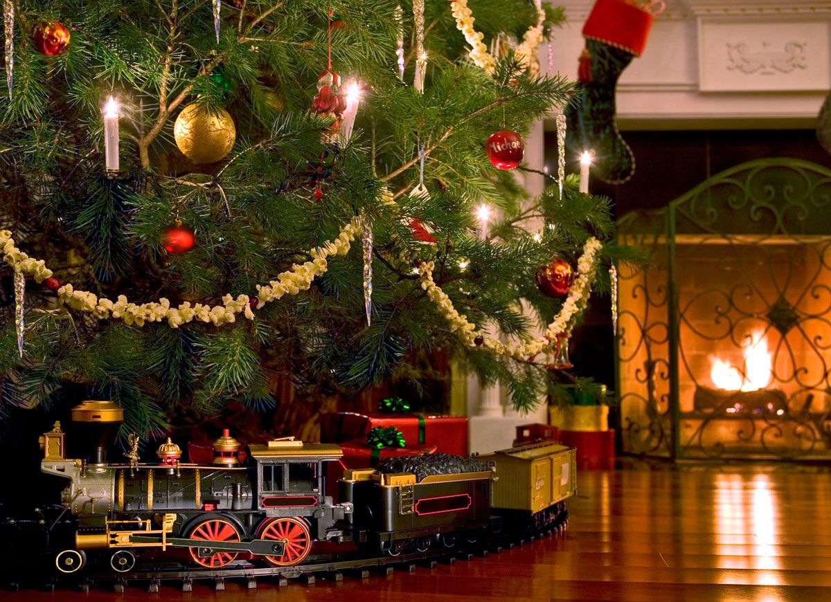 20 Vintage Christmas Ideas To Borrow From The Past Christmas Tree Train Christmas Train Christmas Train Set
