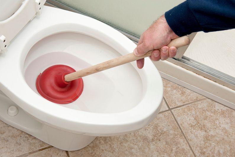 astuce pour d boucher ses toilettes sans appeler un plombier lorsque le niveau d eau monte on. Black Bedroom Furniture Sets. Home Design Ideas