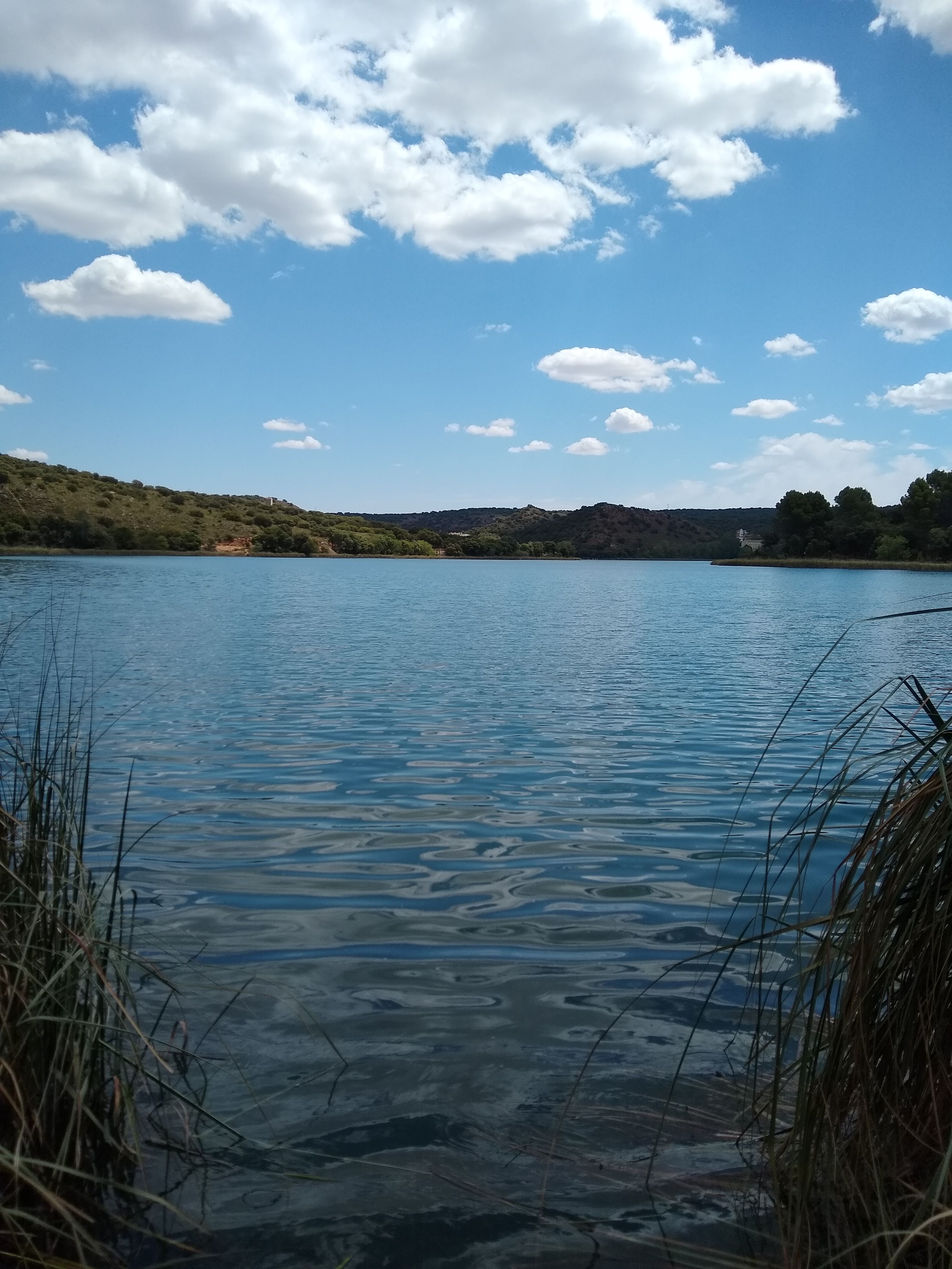 Las tranquilas aguas de la Laguna de la Colgada forman un paisaje muy relajante que invita a quedarse