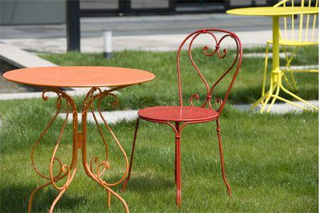 Jardin avec table et chaise #1900 #Fermob www.fermob.com / #red ...