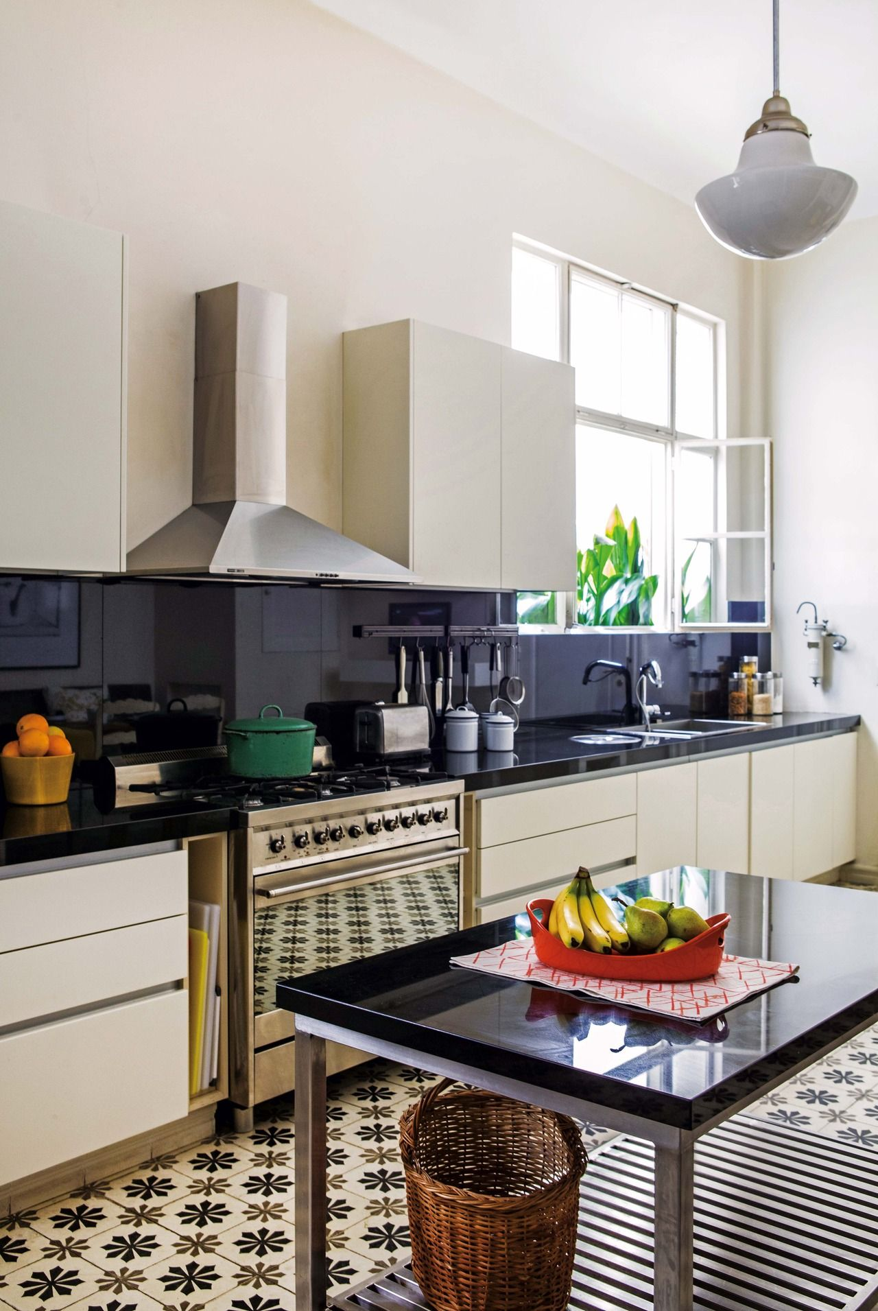 Una cocina con base antigua y equipamiento contemporáneo | Granito ...