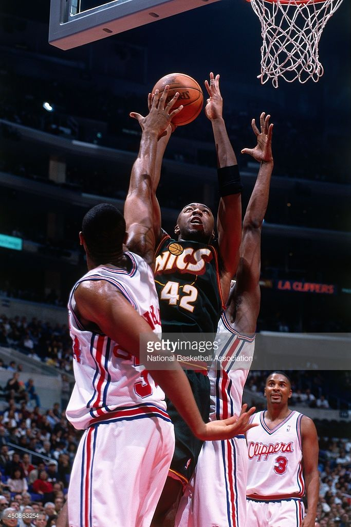 Vin Baker #42 of the Seattle Supersonics shoots the ball against the Los Angeles Clippers on November 2, 2000 at Staples Center in Los Angeles, CA.