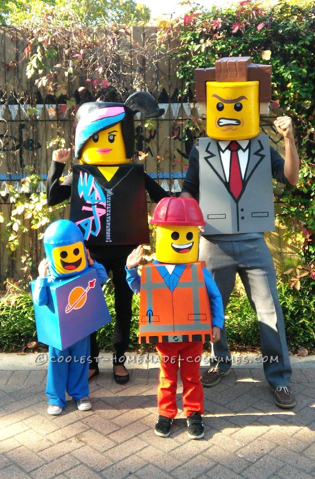 Amazing family themed lego movie costumes pinterest lego movie amazing family themed lego movie costumes coolest halloween costume contest solutioingenieria Image collections