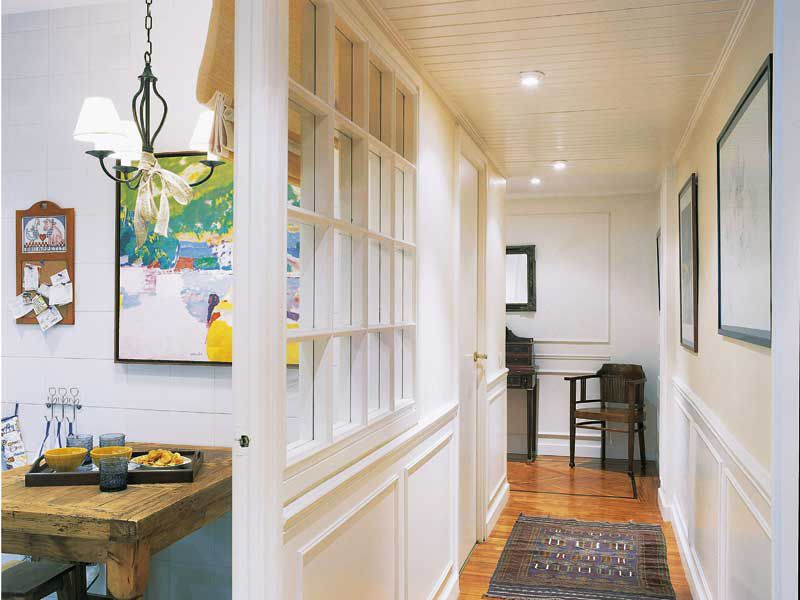 Puerta con ventana y molduras pasillo hal genos en el techo colocar varios focos hal genos - Focos pasillo ...