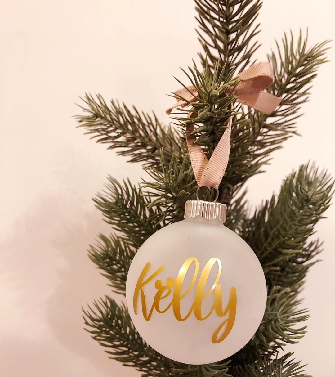 Whats your favorite color to decorate with during the holidays? Red? Green?  Si | Christmas bulbs, Holiday red, Christmas home