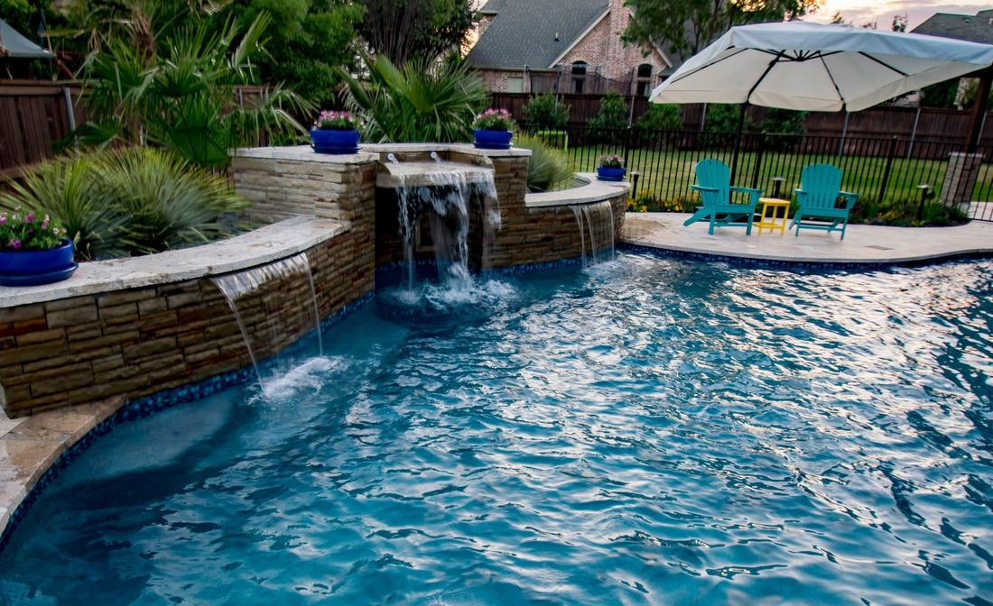This Amazing Transitional Curved Pool Has Beautiful Water Features That Shine At Night This Project Was Designed By Mike Farle Cool Pools Pool Water Features
