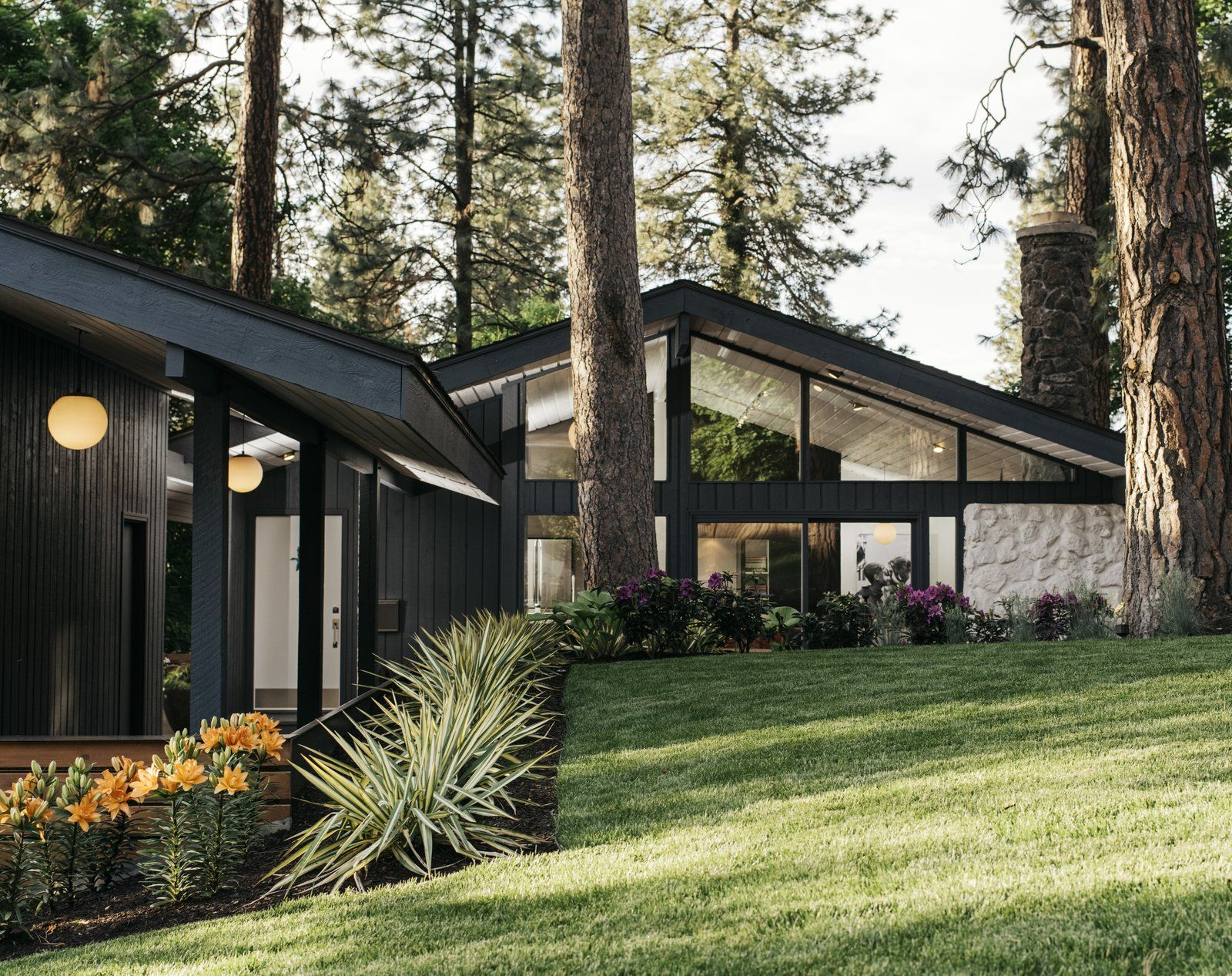 Photo 1 Of 16 In A Designer Updates A 1971 Home By Celebrated In 2020 Architect Black House Exterior Architecture