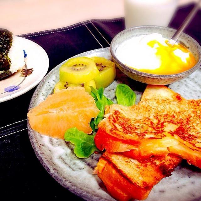 娘の朝食 パンにおにぎりにフルーツが定番です(*^^*) 昼は、給食が出るので、残り物をじゃんけんするらしいです…男子とじゃんけんって…恥じらいはないようで、すくすく横に成長してます - 46件のもぐもぐ - ホットサンド by yuinori
