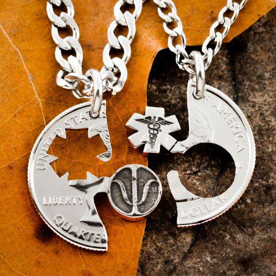 38a21ee6ac52 Estos dos collares disponen de la psi de la letra griega y un caduceo. Su