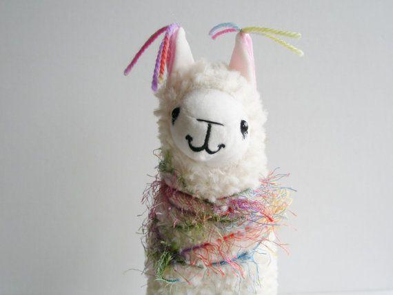 Lama en peluche. Petit Lama décoré de pompons... Tout comme les lamas de Fox Hill ! Idée cadeau amoureux de Lama