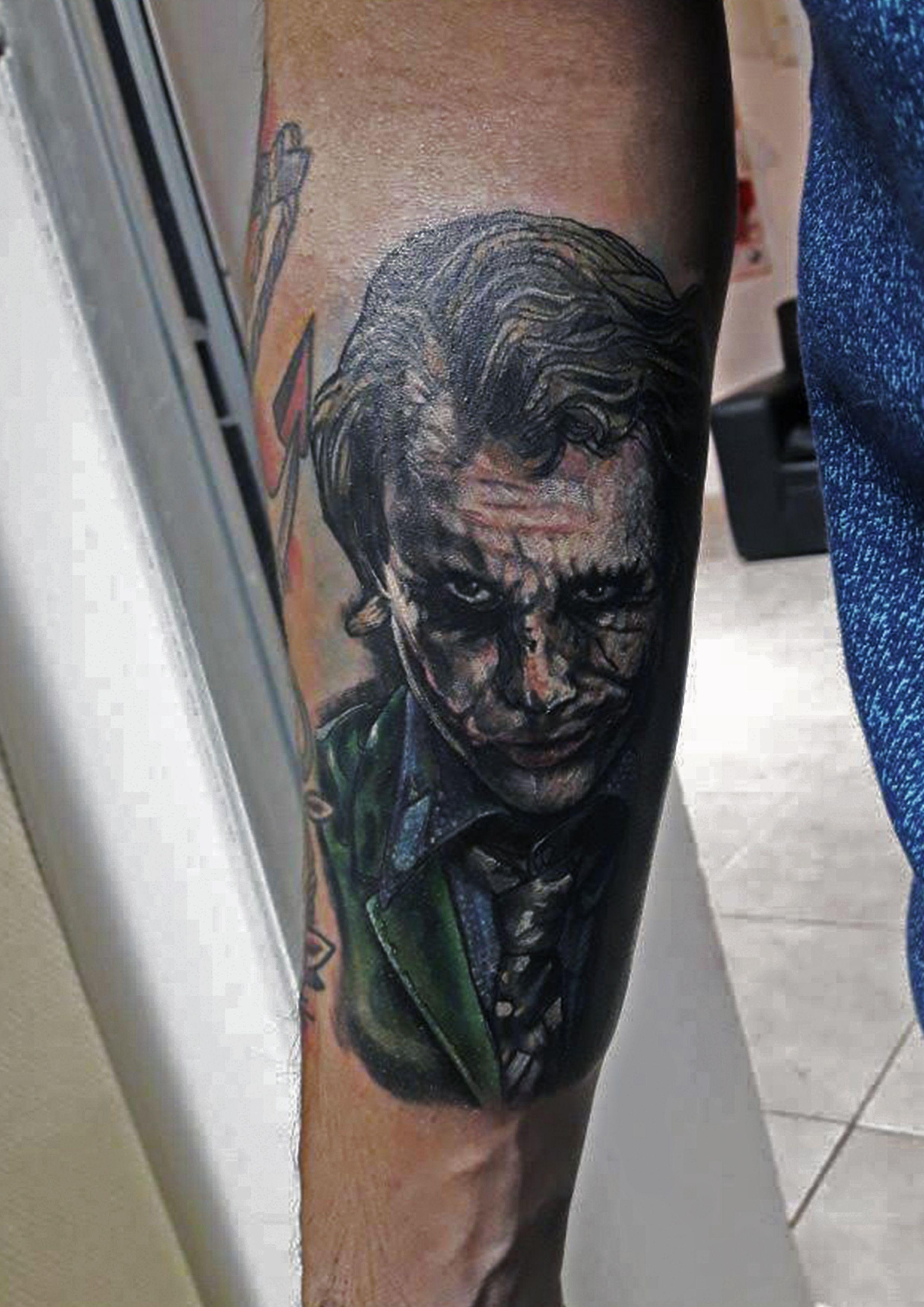 Tatuaje A Color Del Guason Actor Heath Ledger Tattoo Tatuaje