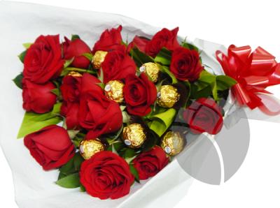 Ramo De Rosas Rojas Y Ferreros Ramo De Rosas Rojas Ramo De Flores Rojas Ramo De Rosas
