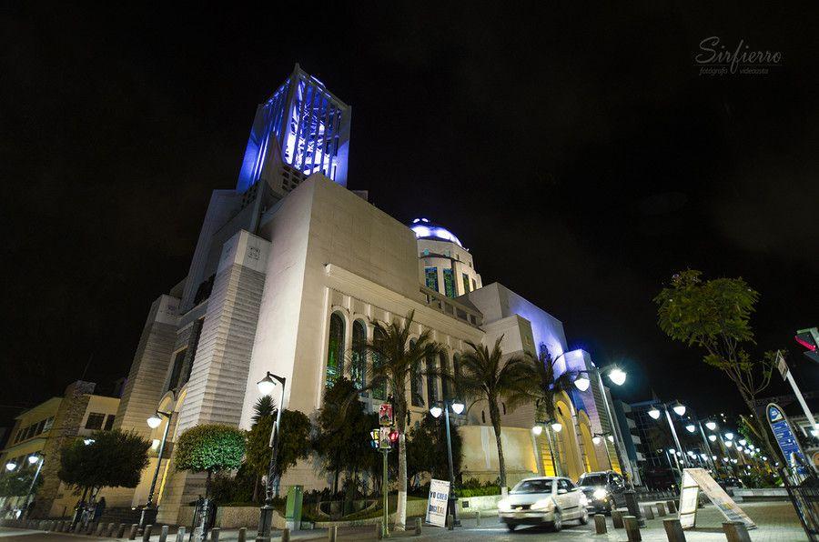Captura nocturna de la catedral de Ambato. by Carlos Sirfierro