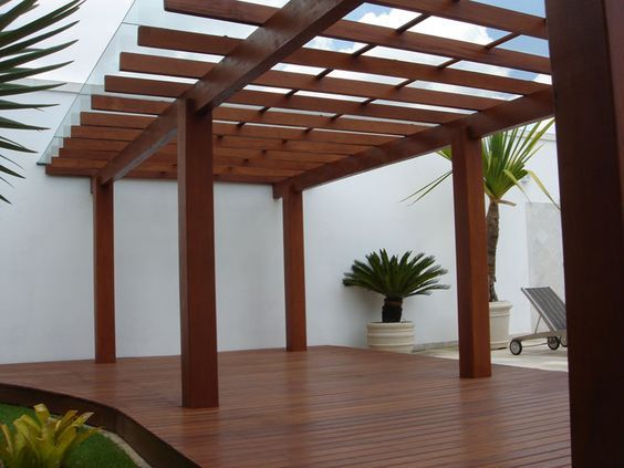 Garagem com pergolado de madeira, vidro e policarbonato | Pergolas ...
